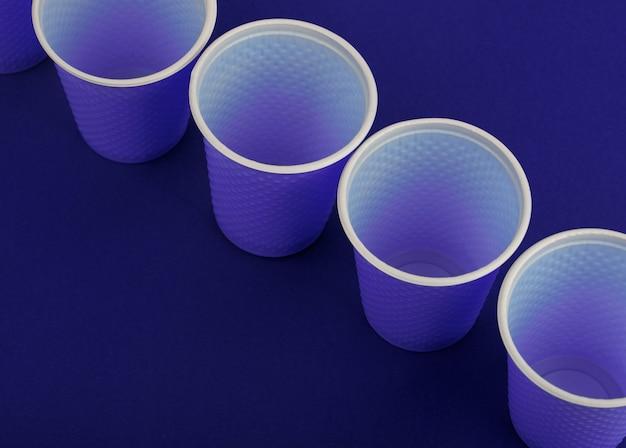 Vasos de plástico en azul