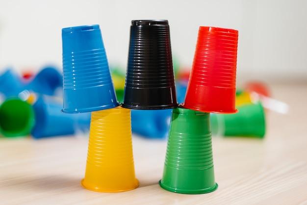 Los vasos de plástico desechables están dispuestos en forma de pirámide. contaminación del medio ambiente por desechos humanos.