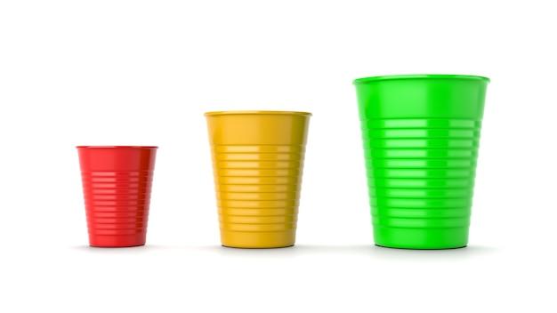 Vasos de plástico de tamaño creciente, rojos, amarillos y verdes aislados