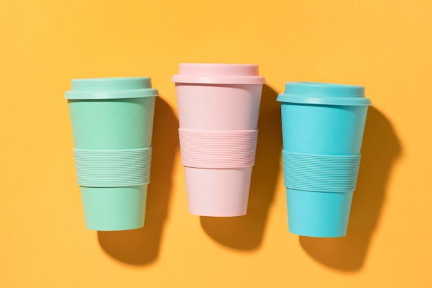 Vasos reutilizables coloridos de vista superior
