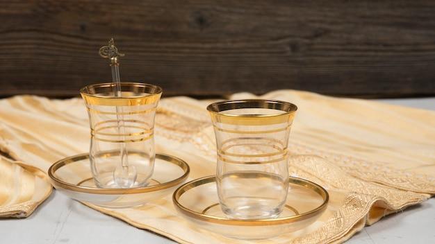 Vasos para té árabe en mesa