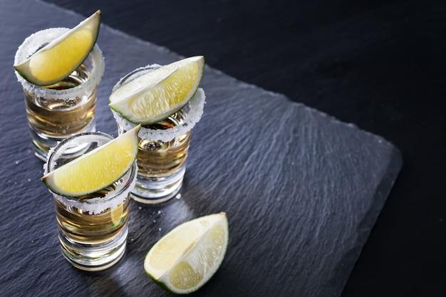 Vasos de tequila con sal y lima