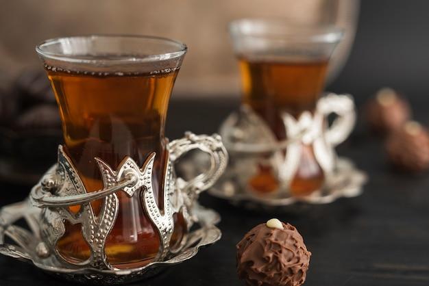 Vasos transparentes con té y trufa.