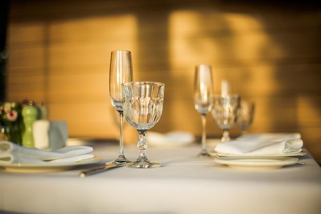Vasos vacíos en banquete en restaurante