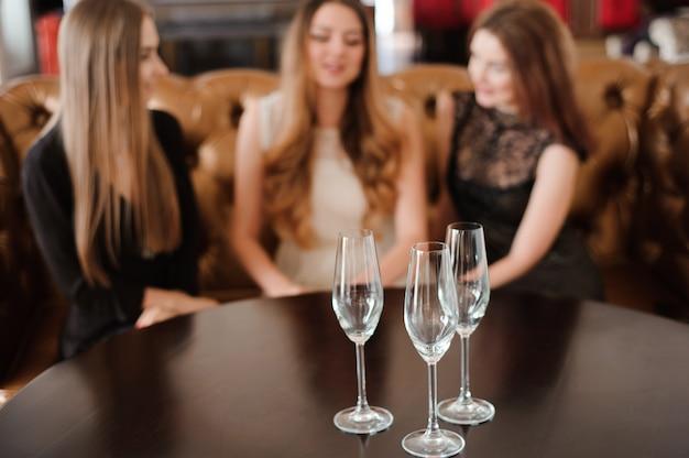 Vasos vacíos en un restaurante en la mesa