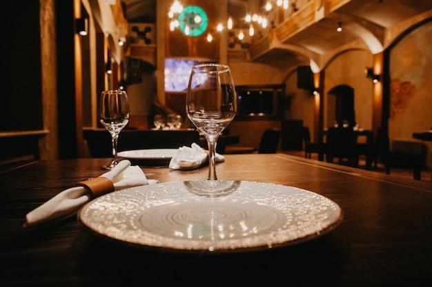 Vasos vacíos en restaurante