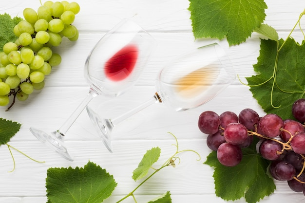 Vasos vacíos rojos y blancos de vino