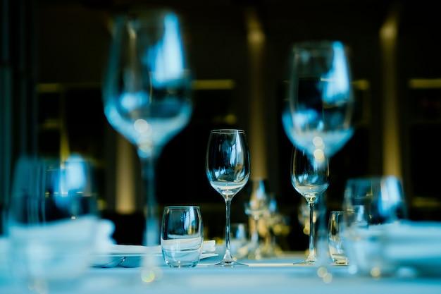 Vasos vacíos vino en restaurante