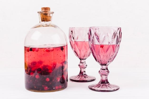Vasos de vidrio y compota de frutas.