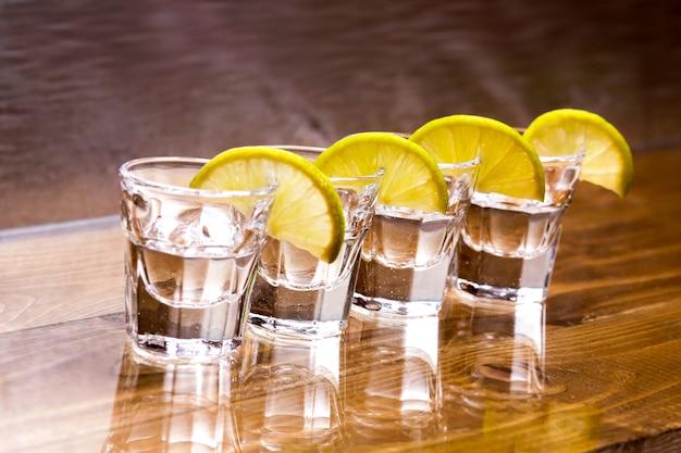 Vasos de vodka sobre la mesa