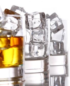 Vasos con whisky frío