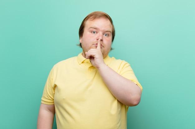 Se ve serio y cruzado con el dedo presionado contra los labios exigiendo silencio o silencio, guardando un secreto