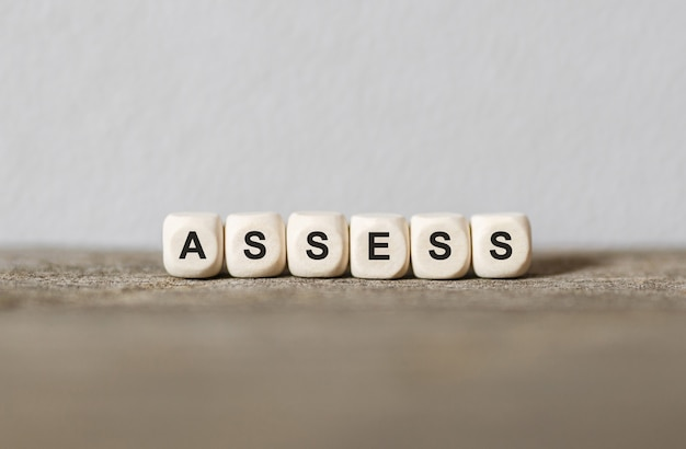 Vector de stock (libre de regalías) sobre palabra evaluación hecha con bloques de madera