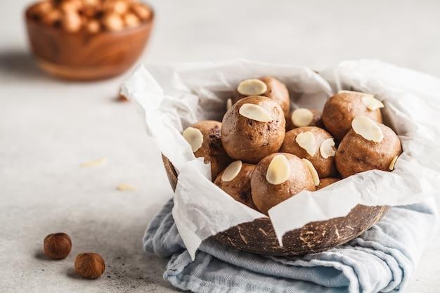 Vegan saludable avellana y cacao bolas crudas.