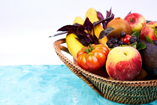 Vegano. desintoxicación producto de supermercado. selección saludable de comida colorida