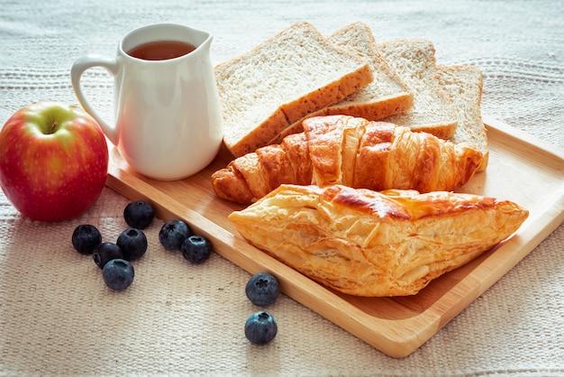 Vegano hecho en casa con pan integral y croissants recién horneados para el desayuno.