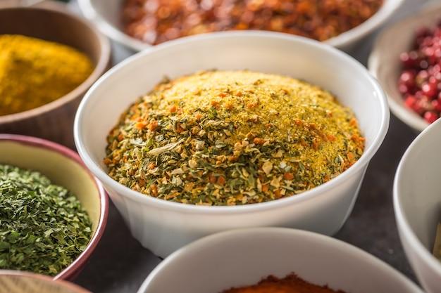 Vegeta y variedad de especias y hierbas en tazones. verdura seca con sal y hierbas.