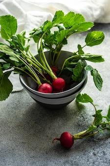 Vegetal de rábano fresco orgánico como ingrediente para cocinar ensaladas