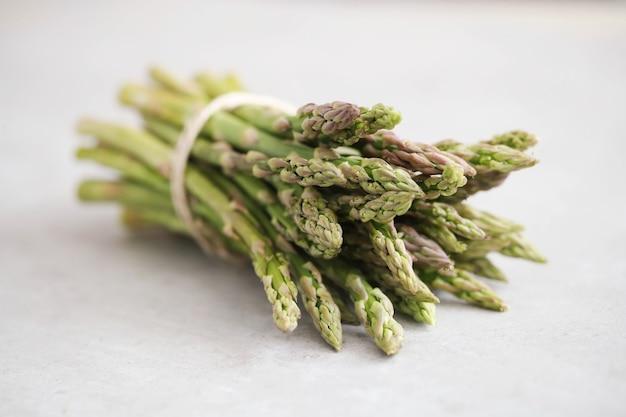 Vegetales. espárragos verdes en la mesa