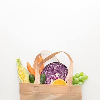 Vegetales y frutas laicos planos en bolsa