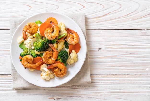 Vegetales mixtos salteados con camarones - estilo de comida saludable