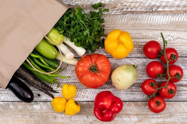 Vegetales saludables con bolsa de papel