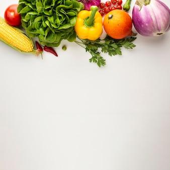 Vegetales saludables llenos de vitaminas con espacio de copia