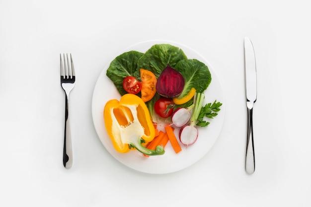 Vegetales saludables llenos de vitaminas en placa