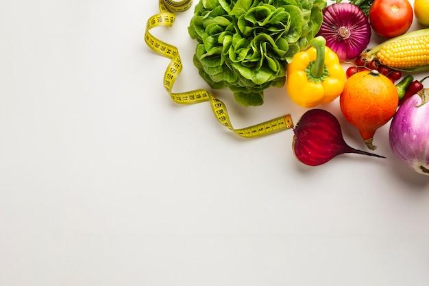 Vegetales saludables llenos de vitaminas sobre fondo blanco.