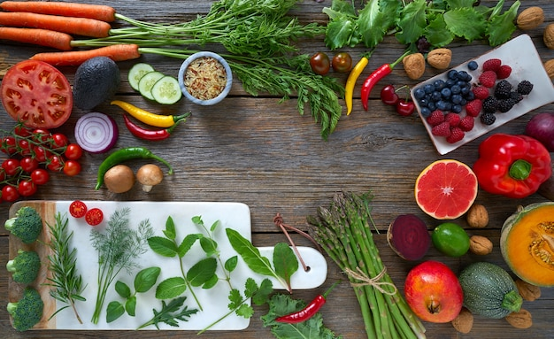 Vegetales saludables para la salud del corazón sobre la madera.