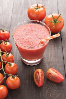 Vegetales saludables vaso de jugo de tomate rojo en mesa de madera