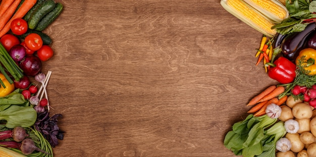 Vegetales sobre fondo de textura de madera