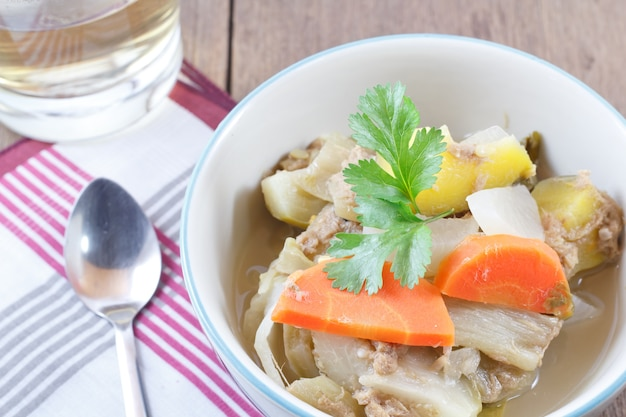 Vegetales de sopa agridulce: deliciosa comida tradicional tailandesa (kang som phak)