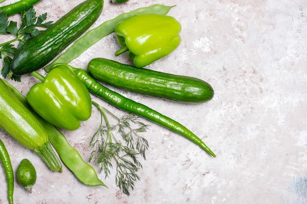 Vegetales verdes frescos en superficie de concreto