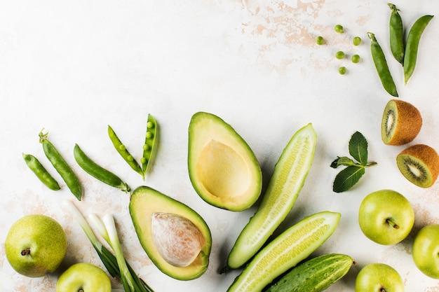 Vegetarianismo de frutas y verduras frescas verdes con espacio de copia