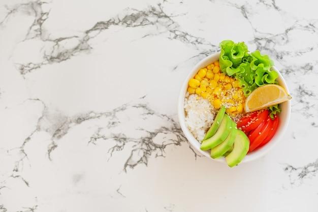 Vegetariano buda bowl sobre la mesa