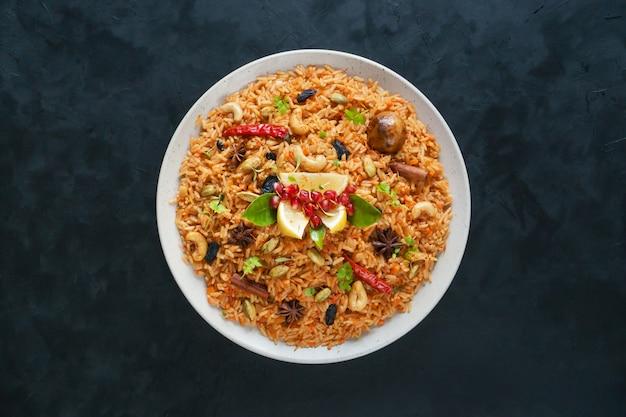 Vegetariano hyderabadi dum biryani. ramadán comida.