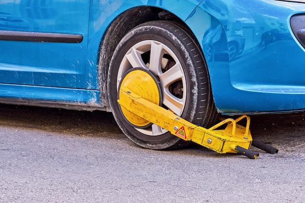 Vehículo estacionado con un bloqueo de neumáticos inmovilizador de forma ilegal