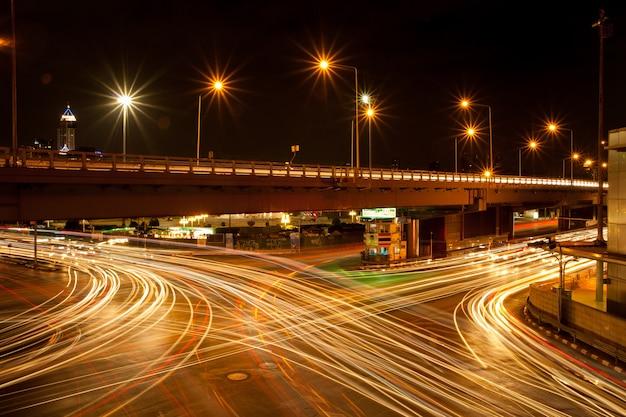 Vehículos ligeros en la intersección.