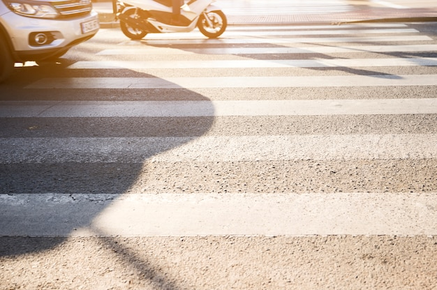 Vehículos parados en paso de cebra