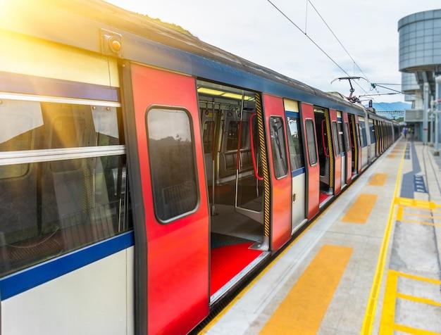 Vehículos y plataformas de trenes rojos