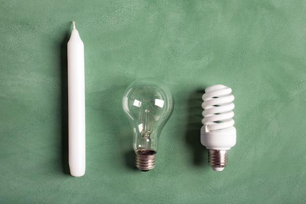 Vela blanca y bombillas eléctricas