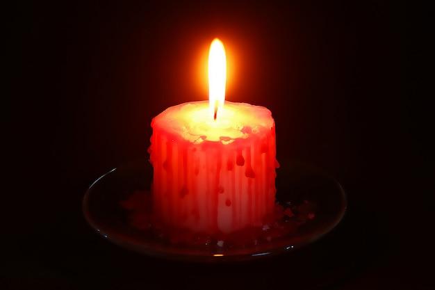 Vela blanca de halloween de halloween de bricolaje cubierta de cera roja como gotas de sangre sobre negro
