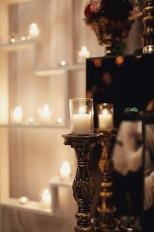 Vela brilla en un candelabro de bronce