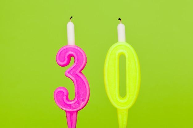 Vela de cumpleaños ardiente colorida de cerca