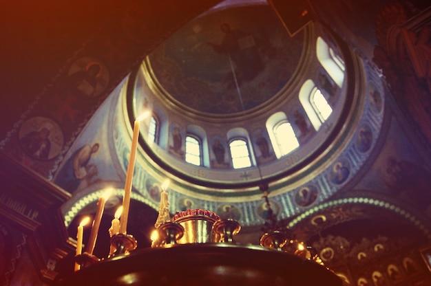 Vela y cúpula de la iglesia cristiana en el interior