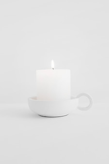 Vela encendida en candelero