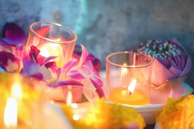 Vela encendida cultura tailandesa a pie en el día de asalha puja, día de magha puja, día de visakha puja