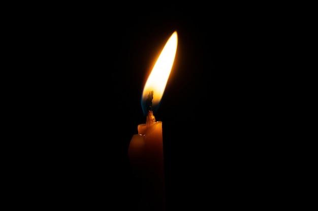 Vela encendida en negro