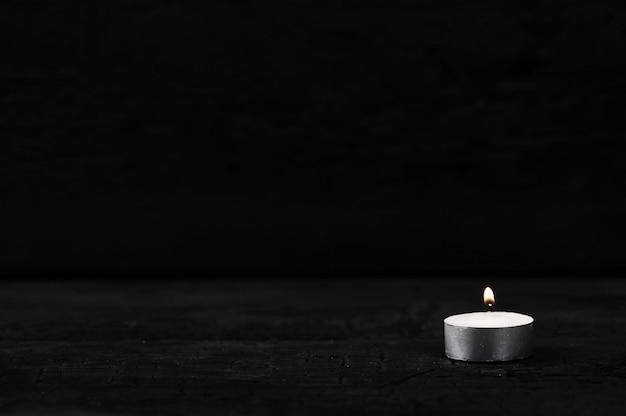 Vela con fuego ardiente en negro